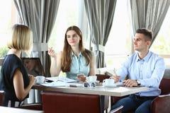 Reunião de negócios em homens bonitos novos de um café Fotos de Stock