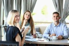 Reunião de negócios em homens bonitos novos de um café Imagens de Stock