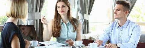 Reunião de negócios em homens bonitos novos de um café Imagens de Stock Royalty Free