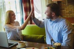 Reunião de negócios em um café Mulher e homem feitos um acordo Imagem de Stock