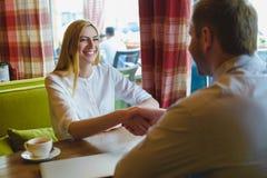 Reunião de negócios em um café Mulher e homem feitos um acordo Foto de Stock Royalty Free
