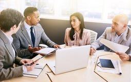 Reunião de negócios entre quatro executivos profissionais na sala de conferências fotografia de stock royalty free