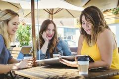 Reunião de negócios milenar na casa do café imagens de stock