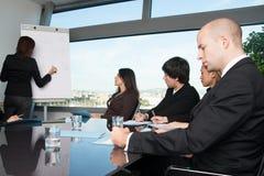 Reunião de negócios na sala de direção com skyline Fotografia de Stock Royalty Free