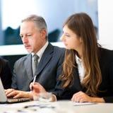 Reunião de negócios: pares de empresários que discutem Imagens de Stock Royalty Free