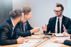 Reunião de negócios que discute objetivos do projeto fotografia de stock