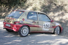 Reunião de Peugeot 106 girada contra a montanha fotos de stock