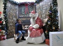 Reunião de St_ Nicholas com crianças Fotos de Stock Royalty Free
