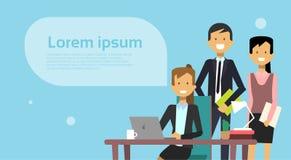 Reunião de Team Of Business People Brainstorming com o computador de Working On Laptop do homem de negócios sobre o fundo com cóp ilustração stock