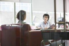 Reunião de And Woman In do homem de negócios Imagem de Stock Royalty Free
