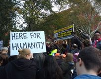 Reunião do Anti-trunfo, aqui para a humanidade, Washington Square Park, NYC, NY, EUA Foto de Stock Royalty Free