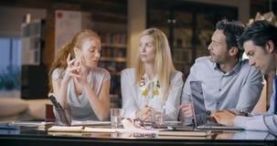 Reunião do escritório do trabalho da equipe da empresa Quatro povos caucasianos do homem de negócios e da mulher de negócios agru video estoque