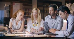 Reunião do escritório do trabalho da equipe da empresa Quatro povos caucasianos do homem de negócios e da mulher de negócios agru vídeos de arquivo