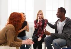 Reunião do grupo de apoio, sessão de terapia fotos de stock royalty free