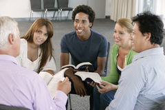 Reunião do grupo de estudo da Bíblia fotografia de stock