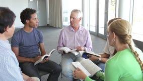 Reunião do grupo de estudo da Bíblia vídeos de arquivo