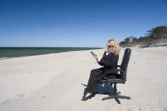 Reunião do negócio sobre a praia imagens de stock