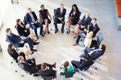 Reunião do pessoal de Addressing Multi-Cultural Office da mulher de negócios Foto de Stock Royalty Free