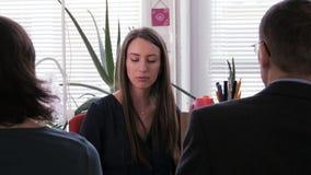 Reunião do projeto - uma mulher de negócios põe um homem de negócios em seu lugar