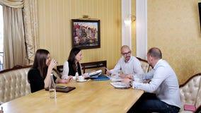 Reunião do trabalho da equipe da empresa no escritório Colaboração, crescendo, conceito do sucesso usando a carta video estoque