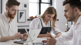 Reunião do trabalho dos executivos do grupo para do começo o plano acima no escritório criativo