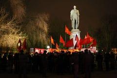 A reunião dos comunistas aproxima o monumento Imagens de Stock Royalty Free