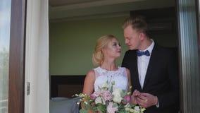 A reunião dos noivos em uma sala de hotel encontro antes do casamento vídeos de arquivo