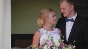 A reunião dos noivos em uma sala de hotel encontro antes do casamento video estoque