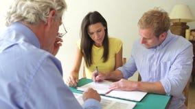Reunião dos pares com conselheiro e contrato de assinatura filme
