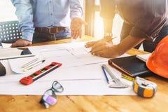 Reunião dos trabalhos de equipa da engenharia de arquitetura no local de trabalho para planejar d Imagens de Stock