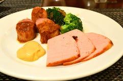 Reunião e salsicha da fatia com brócolos Fotografia de Stock Royalty Free