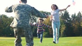 Reunião esperada desde há muito tempo do pai militar com sua família video estoque