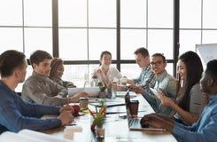 Reunião incorporada multirracial da equipe no escritório do sótão imagem de stock
