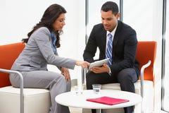 Reunião informal de And Businesswoman Having do homem de negócios fotografia de stock