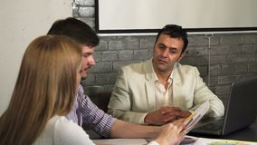 Reunião latino-americano madura do homem de negócios com seus colegas mais novos vídeos de arquivo