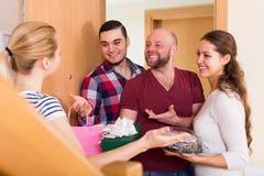 Reunião morna de amigos alegres Imagem de Stock