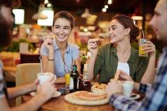 Reunião no restaurante da pizza fotos de stock