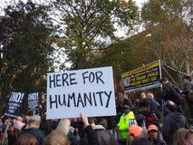 Reunião política, aqui para a humanidade, Washington Square Park, NYC, NY, EUA Fotos de Stock Royalty Free