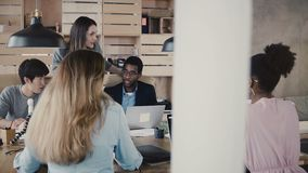 Reunião principal da equipe da mulher de negócios europeia Grupo milenar multi-étnico que trabalha na parceria do negócio no escr vídeos de arquivo