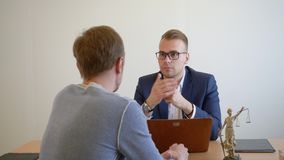 Reunião profissional do advogado com o cliente no escritório Advogado que consulta na empresa de advocacia vídeos de arquivo