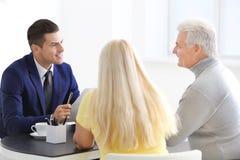 Reunião superior dos pares com consultante imagem de stock royalty free