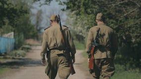 Reunión amistosa del soldado dos, sacudiendo las manos con cada uno metrajes