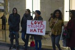 Reunión anti del triunfo delante de la torre del triunfo en Toronto Fotos de archivo