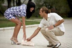 Reunión atractiva sonriente de los pares en parque del verano Fotografía de archivo