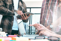 Reunión brainstroming de los inicios del trabajo en equipo joven de los hombres de negocios al SID Imágenes de archivo libres de regalías
