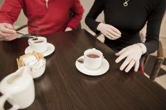 Amigos de la remolque que comen café junto Imagen de archivo libre de regalías