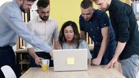 Reunión creativa del equipo del negocio que discute nuevas ideas El encargado de la mujer trabaja en el ordenador metrajes