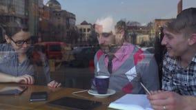 Reunión creativa en el café de tres personas jovenes metrajes