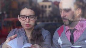 Reunión creativa en un café almacen de video