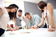 Reunión de compañeros de trabajo y de los pasos siguientes del planeamiento Fotografía de archivo libre de regalías